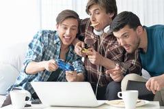 Hombres que juegan a los juegos de ordenador Imagenes de archivo