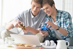 Hombres que juegan a los juegos de ordenador Fotografía de archivo