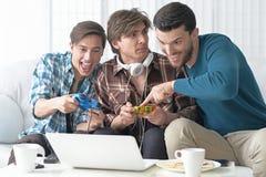 Hombres que juegan a los juegos de ordenador Foto de archivo libre de regalías
