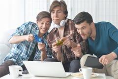 Hombres que juegan a los juegos de ordenador Fotos de archivo libres de regalías