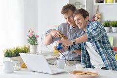 Hombres que juegan a los juegos de ordenador Imágenes de archivo libres de regalías