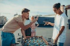 Hombres que juegan piedra papel o tijera imagen de archivo