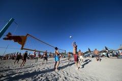Hombres que juegan a voleibol en la playa Imagen de archivo libre de regalías
