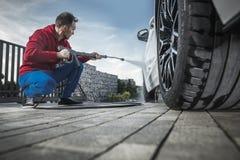 Hombres que lavan su coche moderno imagenes de archivo