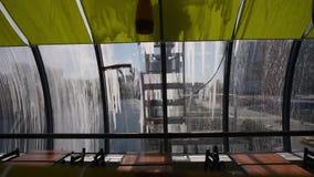 Hombres que lavan ventanas Sombras de los hombres que lavan la ventana del puente almacen de metraje de vídeo