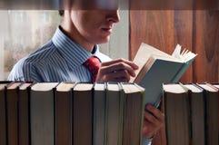 Hombres que leen un libro Imagen de archivo libre de regalías