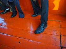 Hombres que llevan el zapato de cuero Fotos de archivo