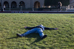 Hombres que mienten en la hierba Fotografía de archivo libre de regalías