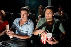 Hombres que miran película en cine Fotografía de archivo libre de regalías