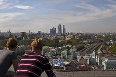 Hombres que miran a Victory Parade, Moscú, Rusia Imagen de archivo