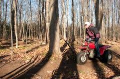 Hombres que montan un ATV de cuatro ruedas Fotografía de archivo