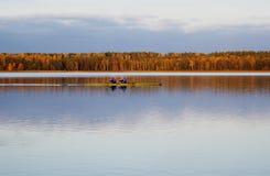 Hombres que navegan en el lago Imagen de archivo libre de regalías