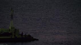 Hombres que pescan del muelle con la mar-luz del centelleo, Grecia almacen de video