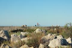 Hombres que pescan en la playa Imagenes de archivo