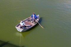 Hombres que pescan en un lago en Jaipur, la India Foto de archivo