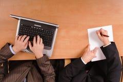 Hombres que preparan el contrato - en la computadora portátil y el papel Imagenes de archivo