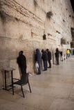 Hombres que ruegan en la pared que se lamenta - Jerusalén vieja, Israel Fotografía de archivo libre de regalías