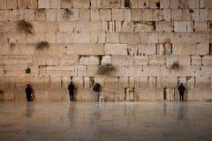 Hombres que ruegan en la pared que se lamenta - Jerusalén vieja, Israel Fotos de archivo