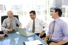 Hombres que se ríen de la reunión de negocios Fotografía de archivo