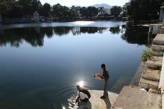 2 hombres que se refrescan abajo por el Dudh Talai Lake y jardines en Udaipur, Rajasthán, la India Fotografía de archivo
