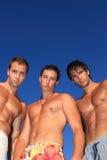 Hombres que se relajan en la playa Imágenes de archivo libres de regalías