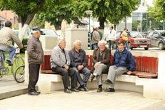 Hombres que se sientan en banco en Bitola imágenes de archivo libres de regalías