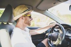 Hombres que se sientan en un coche de alquiler en vacante del día de fiesta con las gafas de sol imágenes de archivo libres de regalías
