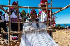 Hombres que tejen en los Andes peruanos en Puno Perú Imagen de archivo libre de regalías