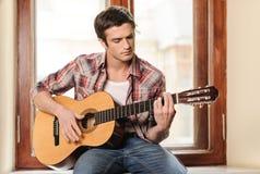 Hombres que tocan la guitarra Imágenes de archivo libres de regalías