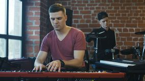 Hombres que tocan los instrumentos musicales en estudio metrajes