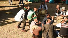 Hombres que tocan los instrumentos musicales tradicionales