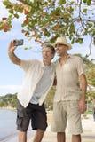 Hombres que toman un selfie con el teléfono móvil Foto de archivo libre de regalías