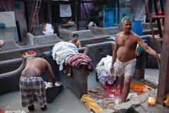 Hombres que trabajan difícilmente en Dhobi Ghat en Bombay, la India Imagen de archivo libre de regalías