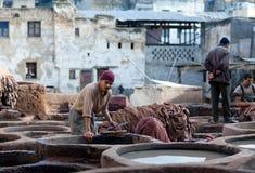 Hombres que trabajan difícilmente en el souk de la curtiduría en Fes, Marruecos Imagen de archivo