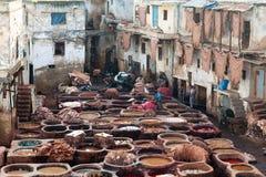 Hombres que trabajan difícilmente en el souk de la curtiduría en Fes, Marruecos Imagenes de archivo