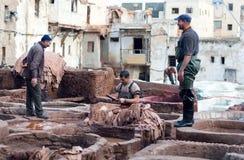 Hombres que trabajan difícilmente en el souk de la curtiduría en Fes, Marruecos Fotos de archivo libres de regalías
