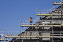Hombres que trabajan en el emplazamiento de la obra Imagen de archivo