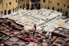 Hombres que trabajan en las curtidurías Fès Marruecos Foto de archivo