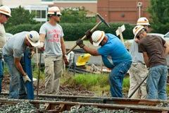 Hombres que trabajan en pista de ferrocarril Imagen de archivo libre de regalías