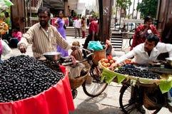 Hombres que venden la fruta en Bangalore la India imagenes de archivo