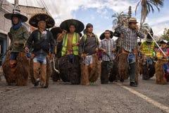Hombres quechuas indígenas que llevan los trajes en Ecuador Fotografía de archivo