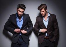 Hombres serios que presentan en estudio Imagen de archivo libre de regalías