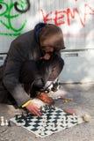 Hombres sin hogar que juegan a ajedrez Imagen de archivo libre de regalías
