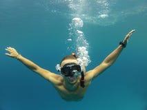 Hombres subacuáticos Imagenes de archivo