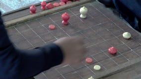Hombres tailandeses que juegan al juego tailand?s de ajedrez en el templo almacen de video