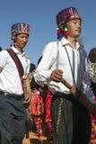 Hombres tradicionales de Jingpo en la danza Fotos de archivo