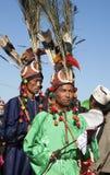 Hombres tradicionales de Jingpo en la danza Fotografía de archivo
