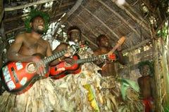 Hombres tribales del pueblo de Vanuatu que tocan la guitarra Imagen de archivo