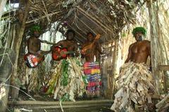 Hombres tribales del pueblo de Vanuatu que tocan la guitarra Foto de archivo libre de regalías