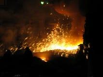 Hombres valientes en chispas del fuego del metal Imagenes de archivo